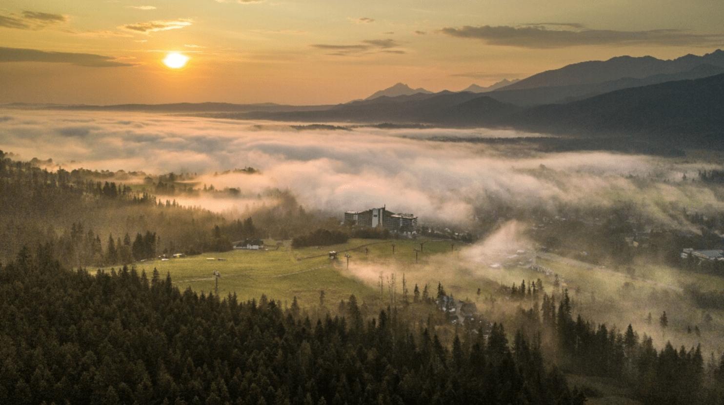Hotel  Mercure Kasprowy Zakopane w porannej mgle...